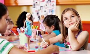 Nina jugando con barbie
