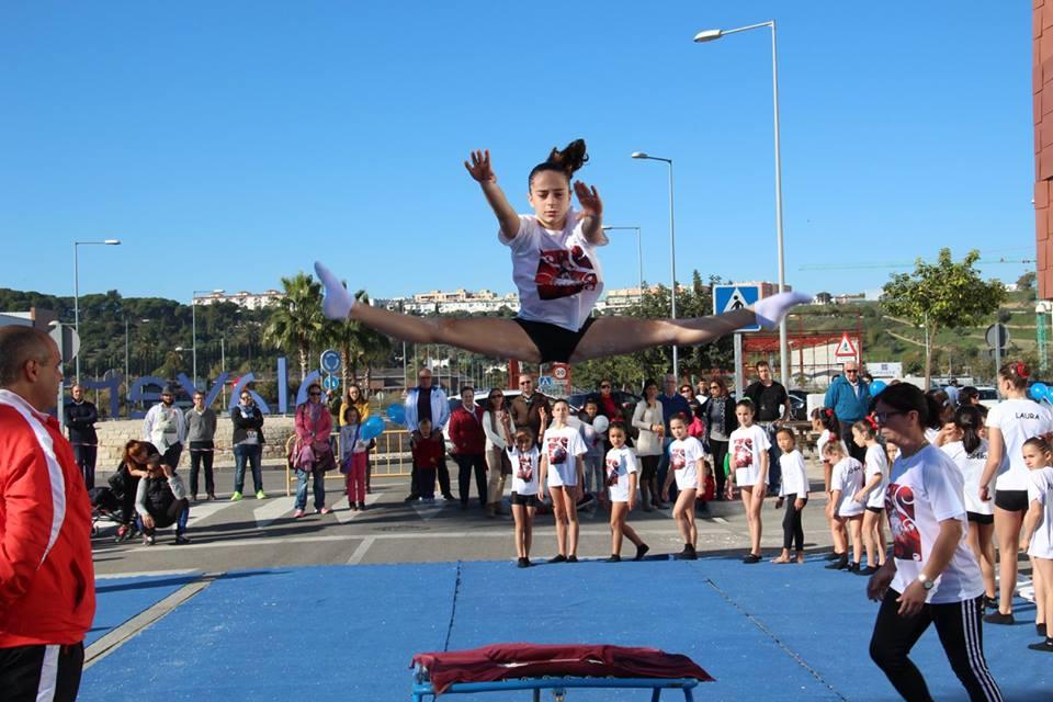 Salto de una alumna del Club Deportivo Gimnástico del Sur en el 5º Aniversario de Decathlon San Juan de Aznalfarache