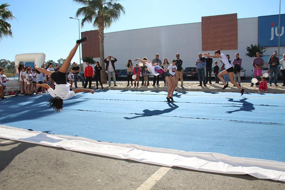 Ejercicios realizados por alumnas del Club Deportivo Gimnástico del Sur en el 5º Aniversario de Decathlon San Juan de Aznalfarache