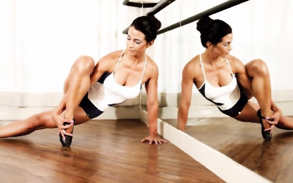 mujeer practicando la disciplina de ballet fitness