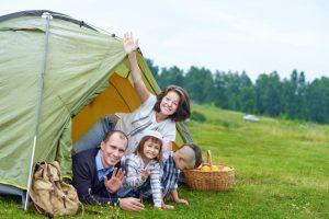 Familia que eligió un camping para ir con niños para pasar sus vacaciones en
