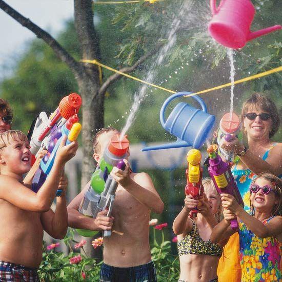 Familia disfrutando de juegos de agua