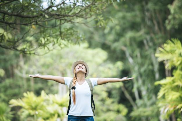 mujer feliz disfrutando de actividades al aire libre