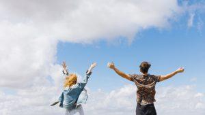 pareja emocionada haciendo actividades al aire libre