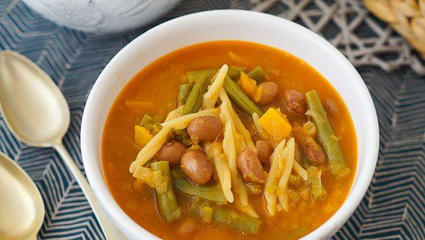 Sopa minestrone con caldo de pollo, pasta y verduras
