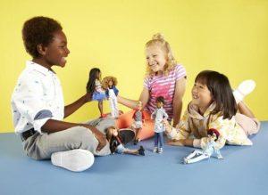 Niños pequeños jugando a las muñecas (juguetes sin género)