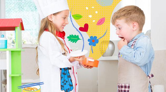 Niño y niña jugando a ser cocineros (jueguetes sin género)